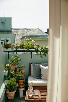 Comfy apartment balcony decorating ideas on a budget 38 small balcony garden ideas for decorate your apartment 32 private outdoor space is . Small Balcony Design, Small Balcony Garden, Small Patio, Patio Design, House Design, Balcony Ideas, Patio Ideas, Small Balconies, Balcony Plants