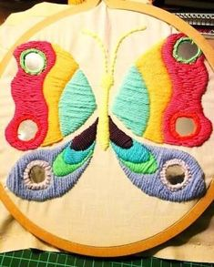 Resultado de imagen para bordados mexicanos paso a paso #bordadosmexicanos Crochet Leaves, Mexican Art, Embroidery Patterns, Art Projects, Diy And Crafts, Butterfly, Stitch, Fabric, Begonia