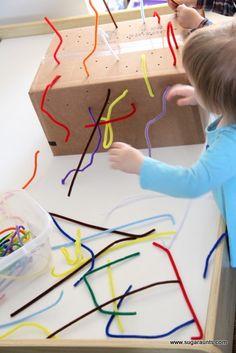 Hier stimuleer je de fijne motoriek van de kindjes ze zullen ook geconcentreerd te werk gaan. (Proberen om het in de gaatjes te krijgen.) Men kan ook variëren van materiaal en grootte van de gaatjes. (Rietjes gebruiken)