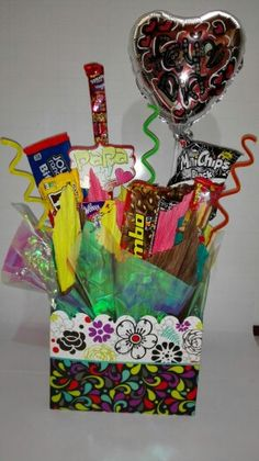 Deliciosas  Anchetas de dulces americanos Chocolate Bouquet, Candy Bouquet, Unicorn Birthday Parties, How To Make Chocolate, Popsugar, Gift Baskets, Valentines Day, Baby Shower, Simple