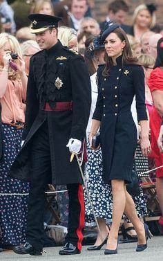 Love the coat dress. Kate Middleton in a double breasted, navy Alexander McQueen coat dress. Looks Kate Middleton, Estilo Kate Middleton, Kate Middleton Outfits, Kate Middleton Prince William, Royal Fashion, Look Fashion, Fashion Coat, Herzogin Von Cambridge, Estilo Real