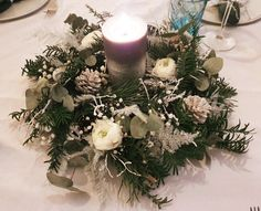 Table de Noël | Creativy Christmas Wreaths, Table Decorations, Holiday Decor, Furniture, Home Decor, Grey Plates, White Flowers, Kitchen Modern, Decoration Home