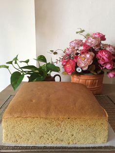 Banana Gula Melaka Sponge Cake II Ingredients: cake flour tsp baking soda banana (mashed) gula melaka syrup – {boil of gula melaka with of water and reduce to about corn oil 6 yolks (from eggs with average weight of with shell) salt 6 whites Banana Sponge Cake, Sponge Cake Easy, Chocolate Sponge Cake, Vanilla Sponge Cake, Sponge Cake Recipes, Easy Cake Recipes, Ogura Cake, Asian Cake, Light Cakes
