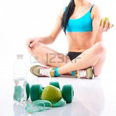 Fitness kobieta trzyma jabłko z wody, hantlami i pomiaru, na białym tle Zdjęcie Seryjne - 19873876