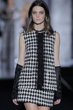 Laura Sánchez, Vanesa Lorenzo, Nieves Álvarez, Helena Barquilla, Verónica Blume... el diseñador se rodean de las tops más icónicas de la moda española.