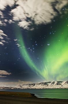 Aurora boreal sobre Akureyri #Islandia