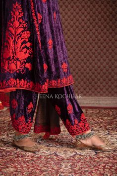 Velvet Pakistani Dress, Pakistani Dresses, Indian Sarees, Punjabi Suits Party Wear, Indian Fashion Dresses, Indian Suits, Purple Velvet, Lace Skirt, Kimono Top