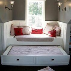 Встроенная кровать около окна с ящиком для белья