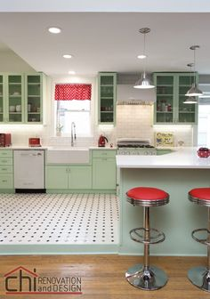 Boring Kitchen Gets An Adorable Vintage Makeover - When I think of a retro diner, I think of pristine tile floors, fun swivel chairs, and pops of past - Retro Kitchen Decor, Old Kitchen, Retro Home Decor, Retro Kitchens, Kitchen Ideas, Modern Retro Kitchen, Kitchen Mats, Kitchen Stools, Kitchen Tables