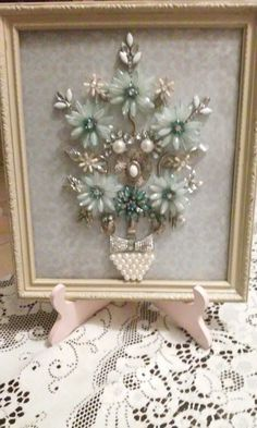 Flowers Jewelry Frames, Jewelry Wall, Jewelry Tree, Costume Jewelry Crafts, Vintage Jewelry Crafts, Button Art, Button Crafts, Diy Decorate Picture Frame, Bead Bottle