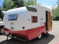 awesome 1962 Shasta camper trailer~just the right size. Tiny Trailers, Vintage Campers Trailers, Retro Campers, Vintage Caravans, Retro Caravan, Camping Trailers, Shasta Trailer, Shasta Camper, Old Campers