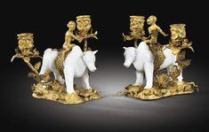 Paire de candélabres aux taureau et singe en porcelaine de Chine et monture de…