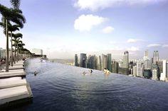 """Vue de la piscine de l'hôtel """"Marina Bay Sands"""" à Singapour."""