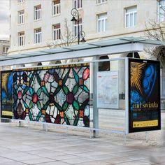Cud światła na Premium Citylight od AMS,  szyby w przystankach autobusowych promujących wystawę przypominają witraż  (Muzeum Narodowe w Krakowie (luty, 2020) Cud