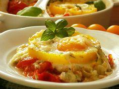 Rajčata nakrájíme na hrubší kolečka, česnek nasekáme na drobno a cibulku na kousky. Pekáček vytřeme máslem a uložíme 1-2 vrstvy rajčat.Osolíme je… Eggs, Breakfast, Food, Morning Coffee, Essen, Egg, Meals, Yemek, Egg As Food
