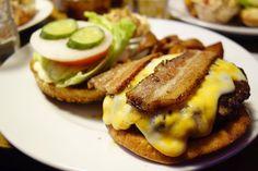 久しぶりのベーカーバウンスベーコンチーズバーガー(コルビー) フレッシュオニオンがやや厚くて辛めな味自家製ケチャップがやや甘めなので足してちょうど良い感じ #meallog #food #foodporn #burger #burger_jp #ハンバーガー #
