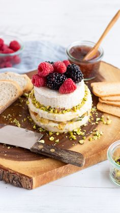#kaasplanktaart #kaastaart #feestelijk #brie #appel #frambozen #bramen #kaasrecept #kaasinspiratie #kaas #kaas.nl #heerlijk #cheese #cheeseinspiration #cookinginspiration #blackberries #raspberries #delicious #pie #cheesepie #pierecipe Cheesecake, Desserts, Food, Tailgate Desserts, Meal, Cheese Cakes, Dessert, Eten, Cheesecakes