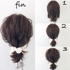 くるりんぱが出来れば出来るヘアアレンジ(^^) 1、結ぶ高さでトップの部分から3つ結んでくるりんぱします! 2、他の髪と1をまとめて結びます! 3、全体的に崩します! ヘアアクセをつけて完成です(^^)