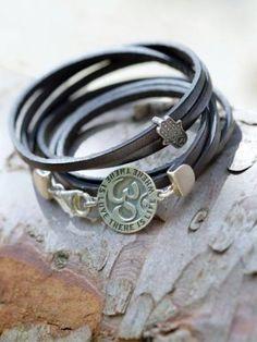 Leren armband Aum Op de zilveren amulet aan de sluiting van deze leren wikkelarmband staat rond het ohm-teken gegraveerd: Where there is love, there is life. Prijs € 52,50