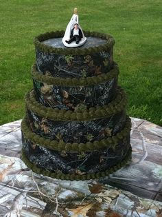 This redneck wedding cake would be awesome in white camo! Redneck Wedding Cakes, Country Wedding Cakes, Country Weddings, Redneck Weddings, Redneck Cakes, Burlap Weddings, Funny Wedding Cakes, Rustic Weddings, Outdoor Weddings