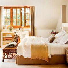 Dormitorio con techo inclinado y carpintería en madera