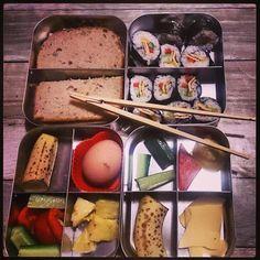 Sushi met omelet en groenten. En boterham met kaas en een eitje. #meenaarschool