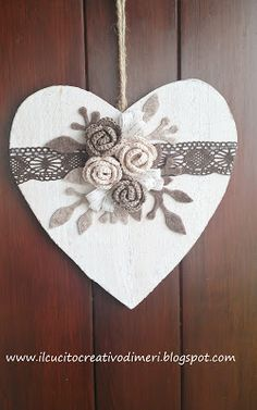 Mery's creations: Heart outside the door - Porta di legno Heart Decorations, Valentines Day Decorations, Valentine Day Crafts, Wooden Hearts Crafts, Heart Crafts, Diy Arts And Crafts, Clay Crafts, Quilling Flowers Tutorial, Decoration St Valentin