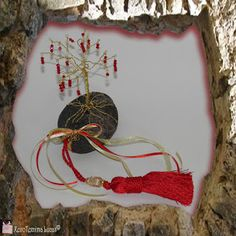 Χειροτεχνημα - Handmade  Χειροποίητα δεντράκια με σύρμα Charmed, Christmas Ornaments, Stone, Holiday Decor, Frame, Handmade, Home Decor, Picture Frame, Rock