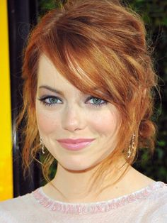 Emma Stone is an unusual beauty and looks good as a redhead or a blonde. Corte Y Color, Hair Dos, Pretty Hairstyles, Emma Stone Hairstyles, Emma Stone Updo, Emma Stone Bangs, Emma Stone Hair Color, Redhead Hairstyles, Hairstyles 2018