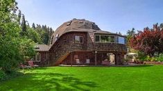geodesic dome home Interesting Buildings, Beautiful Buildings, Luz Natural, Sustainable Building Materials, Geodesic Dome Homes, Off Grid House, Eco Buildings, Dome House, Round House