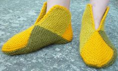 socks using knitted squares. perfect for stash busting! Easy Knitting Patterns, Loom Knitting, Knitting Socks, Crochet Cross, Knit Crochet, Finger Weaving, Fox Scarf, Socks And Heels, Shoe Pattern