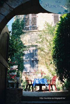 到了法國再多的底片也不夠用 2003 年夏天 四個好朋友 租了一部小汽車 穿梭於法國的城鎮與鄉間 以遊山玩水的心情捕捉了這行進間偶發的感動 自然而不刻意 每個畫面都是在景物與感受交集的瞬間 用最短時間完成構圖 在呼吸吐納間按下快門 使得整個畫面充滿了愉悅的氣息
