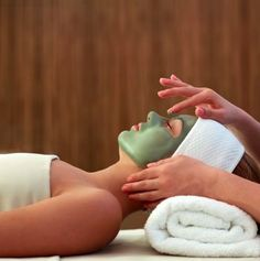 Green with envy over this facial treatment at the spa in Diy Beauty Treatments, Spa Treatments, Boutique Marie Claire, Diy Beauty Mask, Moisturizing Face Mask, Organic Face Products, Skin Products, Lush Products, Beauty Products