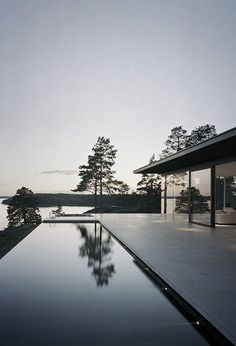 Villa Överby by John Robert Nilsson Sublime swimming pool Houses Architecture, Architecture Design, Beautiful Architecture, Design Exterior, Interior And Exterior, Door Design, Vitrier Paris, Moderne Pools, Modern Lake House
