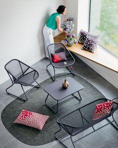 COLLECTION #SIXTIES #FERMOB Compact et tout en rondeurs, Sixties exprime pleinement l'état d'esprit Fermob : résolument jeune et lounge. Des courbes accueillantes, une structure en aluminium colorée, une assise en résine au toucher sensuel, un tressage aux motifs aéré.. Sixties est la promesse de doux instants en extérieur… comme en intérieur. #vintage #mobilier #design #deco #decoration
