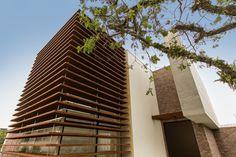 Casa MMP – Mauricio Melara Arquitetura Cinema Room Small, Small Rooms, Blinds, Houses, Curtains, Home Decor, Log Projects, Arquitetura, Modern House Exteriors