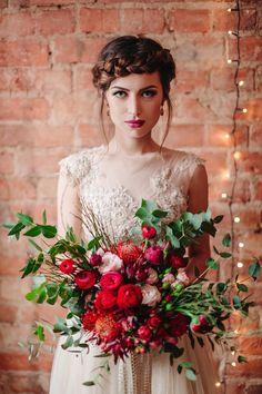 Ślub w tonacji marsala | WedBook.pl || panna młoda, bride, makijaż ślubny, wedding make up, bukiet ślubny, wedding bouquet, fryzura ślubna, wedding hair || Foto: Studio Słoń, Bukiet: My Big Day, Suknia: Laurelle