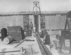 Neubau Kanalüberführung Minden 1913. Das kupferne Hängeblech der Scheitelfuge an Trogwand und Trogsohle wird geschraubt. An der Trogwand erkennt man die angebrachten Bleitafeln. Historische Aufnahme aus dem Jahr 1913.