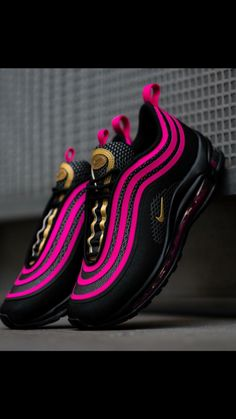 a banger! A black base with pink and gold accents make sure that these Nike Air Max 97 Ultras grab all the attention on the streets! Get them now on and in selected stores! Gold Nike Shoes, Nike Gold, Nike Air Shoes, Nike Shoes Outlet, Black Shoes, Shoes Sport, Sports Shoes, Nike Looks, Air Max 97
