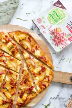 Pizza met brie, appel & kalkoenspekjes Dutch Recipes, Great Recipes, Healthy Recipes, Yummy Snacks, Delicious Desserts, Yummy Food, Pizza Wraps, I Foods, Foodies