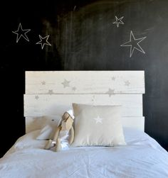 Minus the chalk wall in a bedroom. Headboard Decor, Modern Headboard, Headboards, Custom Headboard, Home Bedroom, Girls Bedroom, Bedrooms, Deco Kids, Little Girl Rooms