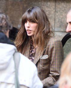 autumn: tweed blazer, floral blouse, fringe, natural look, flowy hair. Charlotte Gainsbourg, Serge Gainsbourg, Lou Doillon, Jane Birkin, French Hair, Beautiful Long Hair, Beautiful Women, Parisian Chic, Outdoor Outfit