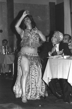 Шарон и египетская танцовщица. Пауза в переговорах двух стран по палестинской проблеме. Египет, 1979 год.