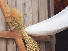 Wedding in a barn. See the rest of the post: http://divaaniblogit.fi/kotilo/2014/08/15/haat-ladossa/