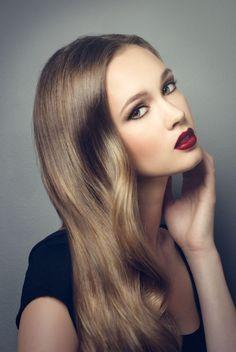 Beautiful shiny hair, bordeaux lip. Long locks #Wavy #Curls #Hair #Lips #Makeup #Red #Eyes #GetTheLook #Bbloggers #Hollywood #shiny