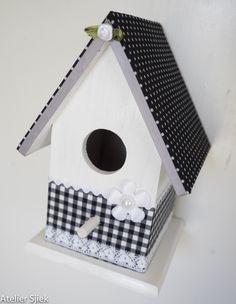 Vogelhuisje zwart & wit. Ook leuk om zo ergens in huis op te hangen. #vogelhuisje