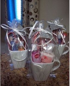 How to Make Creative Christmas Gifts for Teachers From Kids Perfect gift idea Fill a mug with little accessories and tie it with a ribbon Creative Christmas Gifts, Teacher Christmas Gifts, Christmas Diy, Valentine Gifts, Creative Gifts, Homemade Christmas, Xmas, Diy Christmas Gifts For Friends, Christmas Items