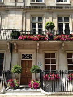 Wonderful Townhouse in Belgrave Square, London. I love, love, love London so much. Such nice memories of the days when I lived there. London Townhouse, London House, London Apartment, London Life, Flower Landscape, Landscape Design, Interior Exterior, Exterior Design, London England