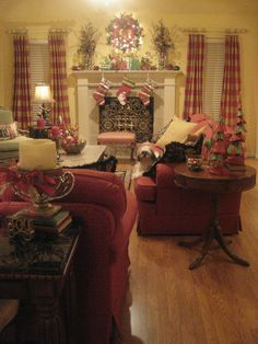 Kristen's Creations: ~~It's Beginning To Look Alot Like Christmas At My House~~ Come And See! French Living Rooms, French Country Living Room, Cottage Living Rooms, English Country Decor, French Country Decorating, Thrifty Decor Chick, Pretty Room, Red Rooms, Traditional Decor