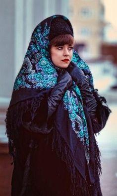 The wearing style of a Russian Pavlovsky Posad shawl. #folk #Russian #shawl